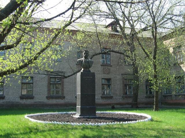 Памятник Горькому. Бюст. Северодонецк