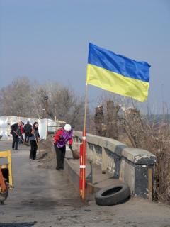 Северодонецкие активисты провели уборку у моста на Рубежное