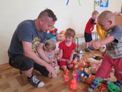 Сергій Жадан відвідав дитячи садочки Станиці Луганської