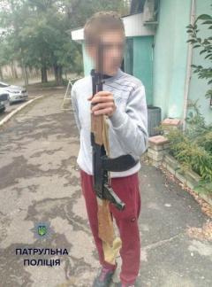 Новые развлечения детей из зоны АТО: по Рубежному разгуливал юноша с муляжом автомата