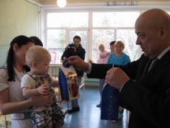 Малеча з обласного будинку дитини в Сєвєродонецьку отримала від Геннадія Москаля подарунки на День Миколая