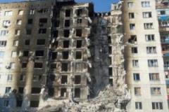 Георгий Тука встретился с жителями разрушенного во время боев за Лисичанск дома