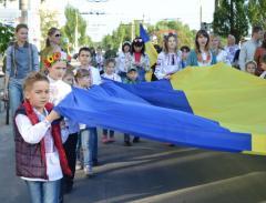 У Сєвєродонецьку на площі утворили «живу» вишиванку