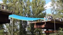70-метровый украинский флаг соединил разрушенный мост между Лисичанском и Северодонецком