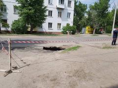 По Федоренко образовался провал в асфальте