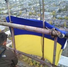 В Северодонецке патриоты установили украинский флаг на телевизионной вышке
