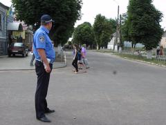 Співробітники ДАІ Луганської області нагадують пішоходам,  як безпечно перетинати дорогу