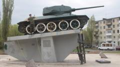 В Северодонецке военные покрасили танк к празднику Победы