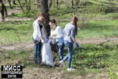 Северодонецкие красавицы убирали в парке
