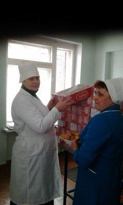 В Лисичанскую детскую больницу привезли сладкие подарки