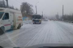 В Лисичанске из-за гололеда заблокирована основная дорога