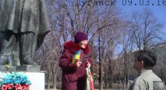 На день рождения Тараса Шевченко бабушка вышла в Луганске с украинским флагом