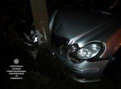 """В Северодонецке пьяный помощник депутата пытался убежать от полиции на """"Мерседесе"""", но """"поймал"""" столб"""