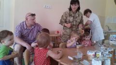 Офицеры ГВС ОТУ «Луганск» передали от волонтеров помощь областному дому ребенка №2