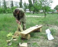В северодонецком сквере солдаты устанавливают лавочки
