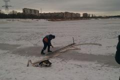 Северодонецкие спасатели проводят тренировки по предотвращению гибели людей, провалившихся под лед