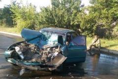В Лисичанске микроавтобус с военными врезался в столб