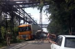 Фотофакт: на проезжую часть перед машинами рухнула часть трубопровода